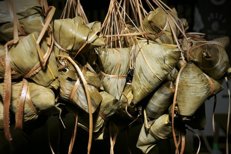 Riceklimpar med bambuleafen arkivbild