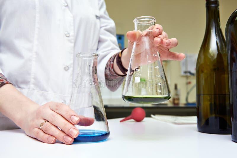 Ricerca dei materiali del vino in laboratorio immagini stock libere da diritti
