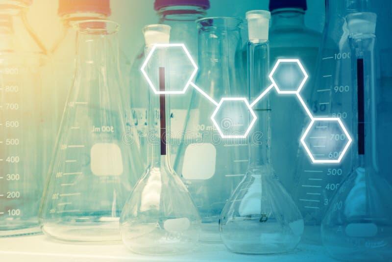 Ricerca del laboratorio - cristalleria o becher scientifici con lo spazio in bianco fotografia stock libera da diritti