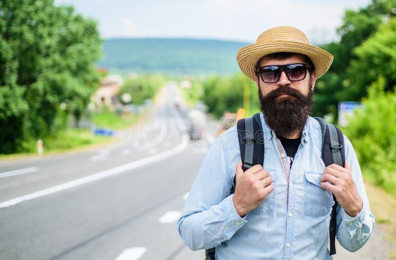 Ricerca della società Cerchi i compagni di viaggio Punte del turista barbuto dei pantaloni a vita bassa dell'uomo turistico con e immagini stock libere da diritti