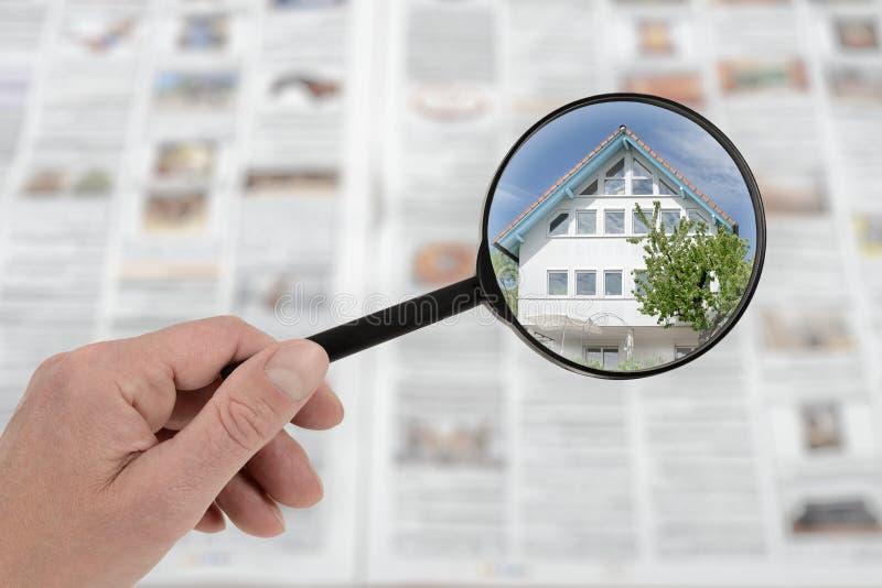 Ricerca di casa locativa immobile della proprietà nel mercato degli alloggi immagine stock libera da diritti