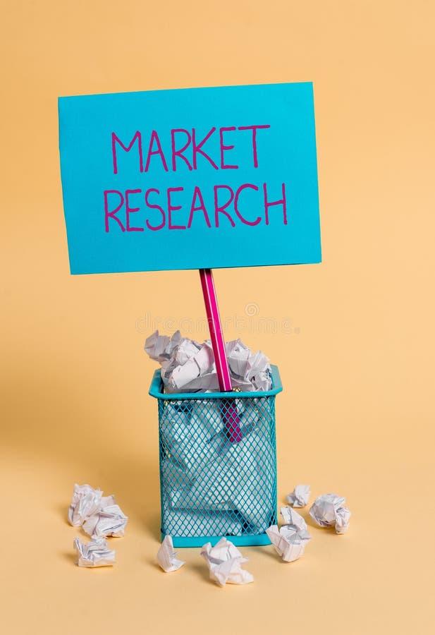 Ricerca di mercato del testo di scrittura di parola Concetto di affari per il acttion di riunire informazioni sui consumatori sgu fotografie stock libere da diritti