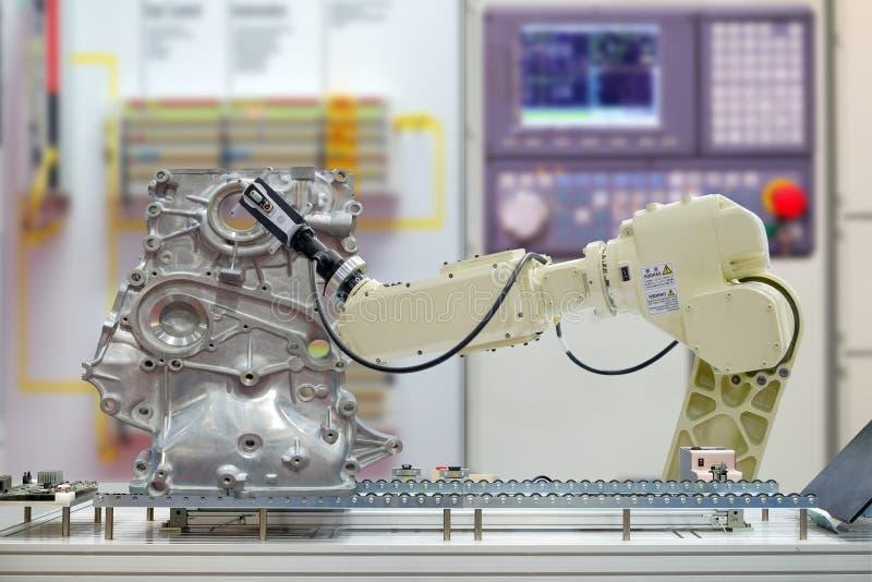 Ricerca installata robot 3D di industria per la parte di esame del lavoro dell'automobile tramite nastro trasportatore sulla fabb fotografia stock libera da diritti