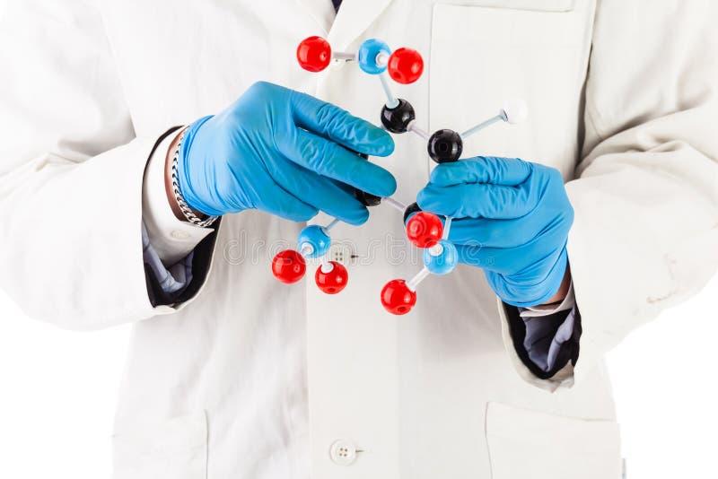 Ricercatore del laboratorio con la molecola di tnt immagine stock