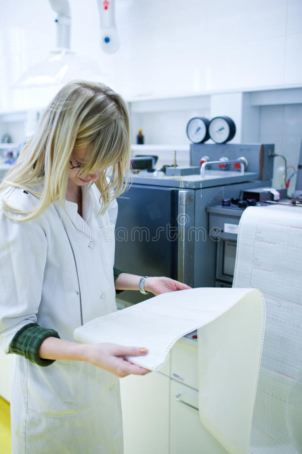 Ricercatore femminile in un laboratorio immagine stock