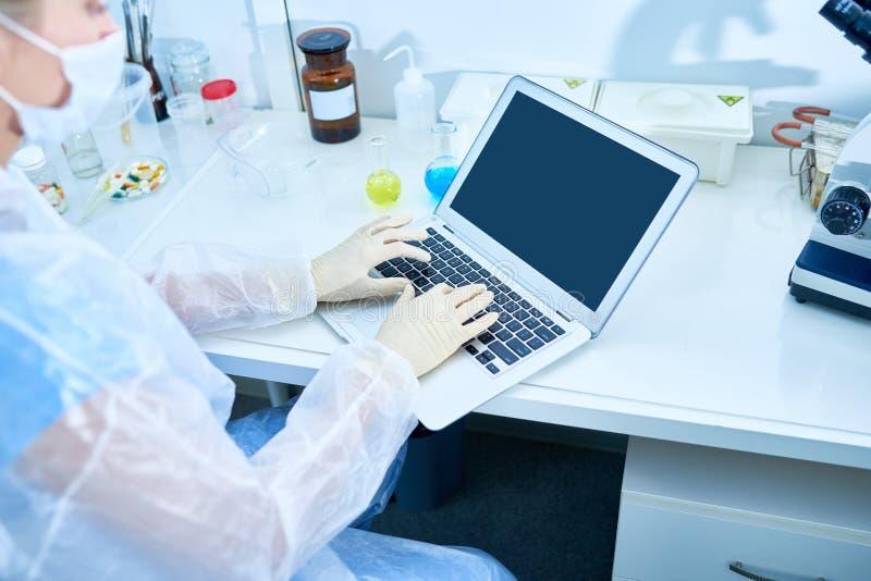 Ricercatore occupato che scrive articolo a macchina scientifico immagini stock libere da diritti