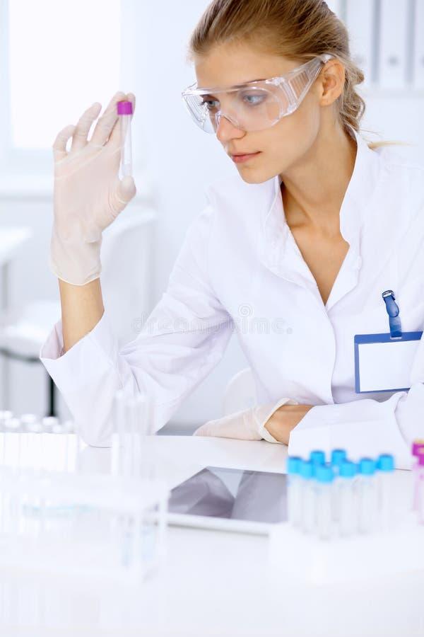 Ricercatore scientifico femminile in laboratorio fotografie stock