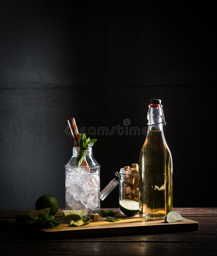 Ricetta del mojito, vetro con ghiaccio fotografie stock