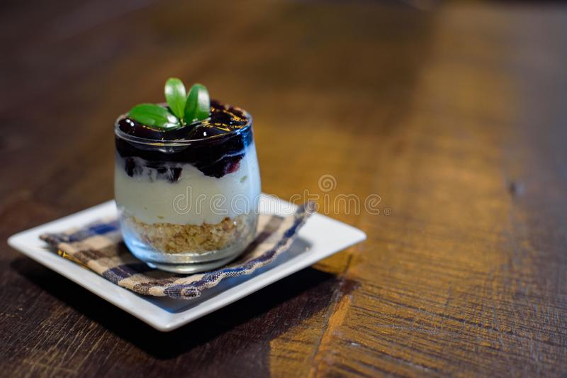 Ricetta della torta di formaggio del mirtillo in una tazza fotografia stock libera da diritti