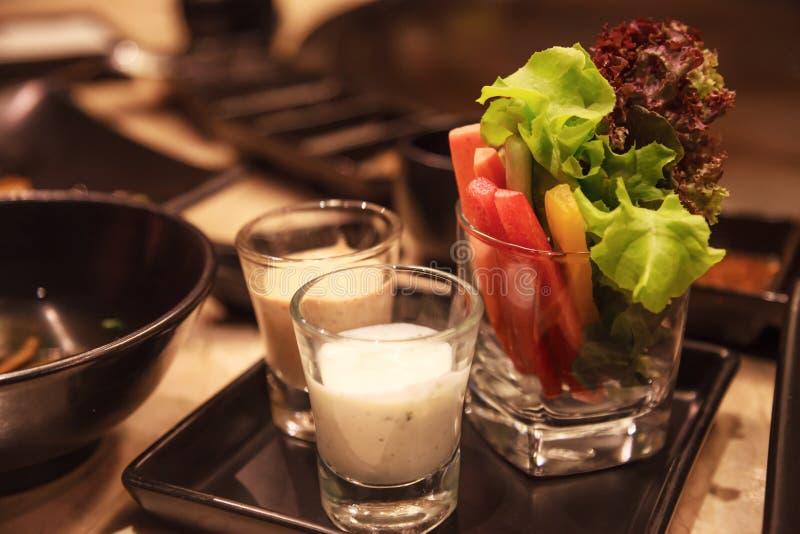 Ricetta di erbe di verdure assortita organica verde sana fresca della immersione con il condimento dell'insalata cremoso delizios immagine stock libera da diritti