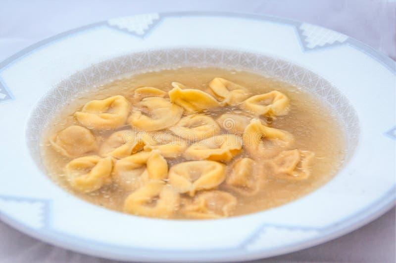 Ricetta di inverno: brodo con i tortellini italiani immagine stock