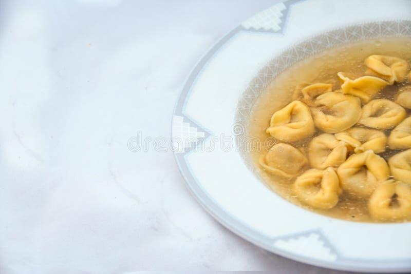 Ricetta di inverno: brodo con i tortellini italiani immagini stock libere da diritti