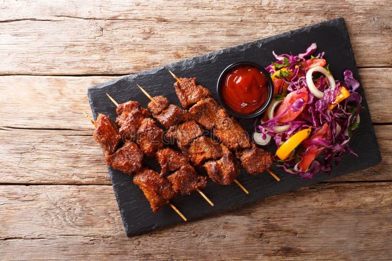 Ricetta di un kebab africano piccante di suya sugli spiedi con veget fresco fotografia stock