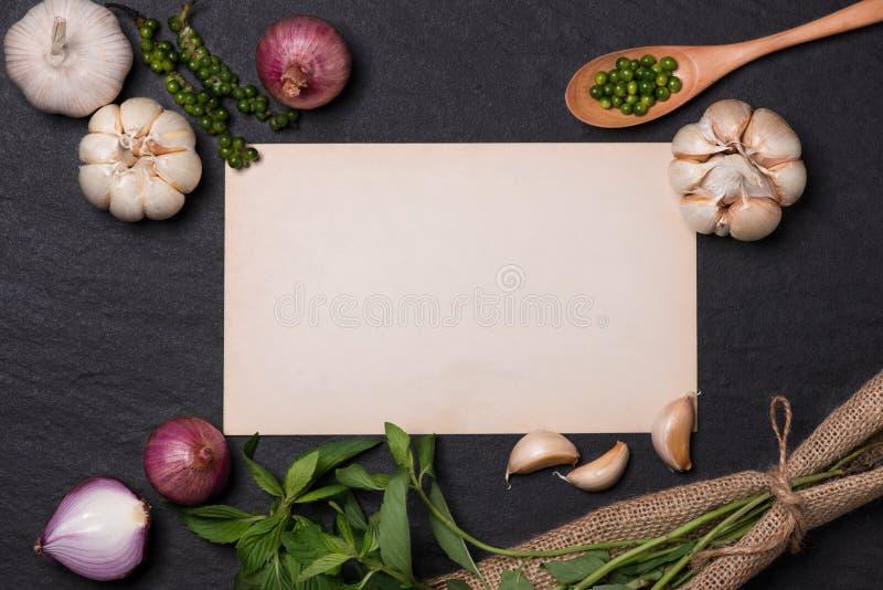 Ricetta di verdure Apra il libro del menu con le erbe e le spezie fresche sopra immagini stock libere da diritti