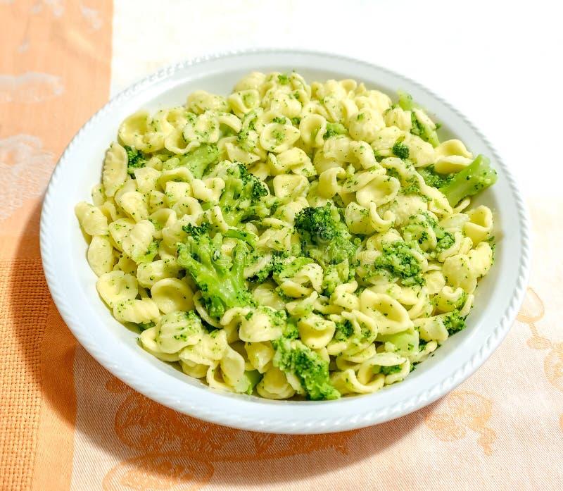 Ricetta tradizionale dei broccoli della pasta di Orecchiette Cime di Rapa fotografie stock libere da diritti