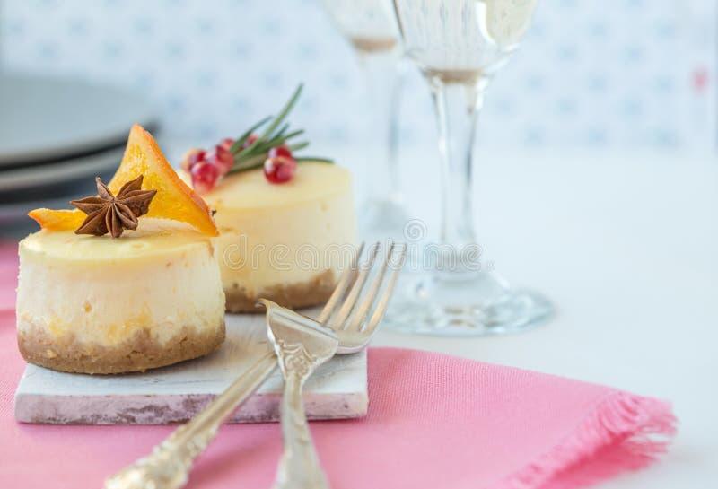 Ricetta tradizionale del dolce di inverno della torta di formaggio di Natale Fetta della torta di formaggio fotografia stock libera da diritti