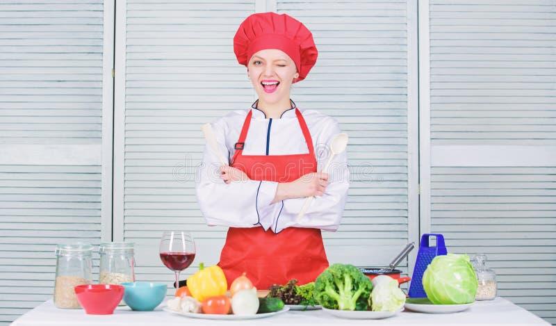 Ricette deliziose e facili Migliori ricette culinarie da provare a casa Il cuoco unico adorabile di signora insegna alle arti cul fotografia stock libera da diritti