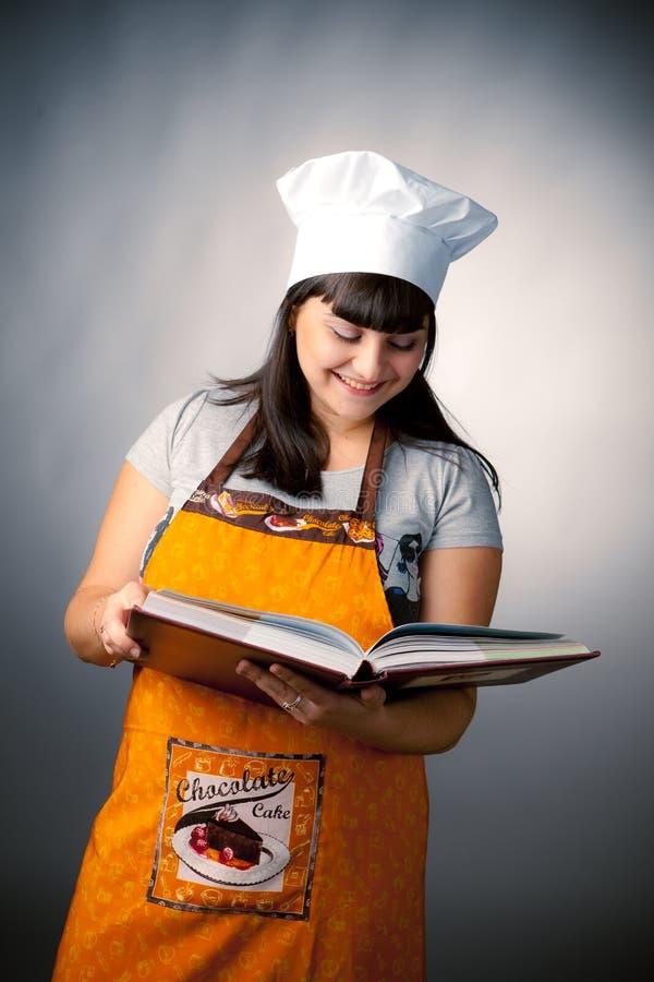 Ricette della lettura del cuoco della donna immagini stock