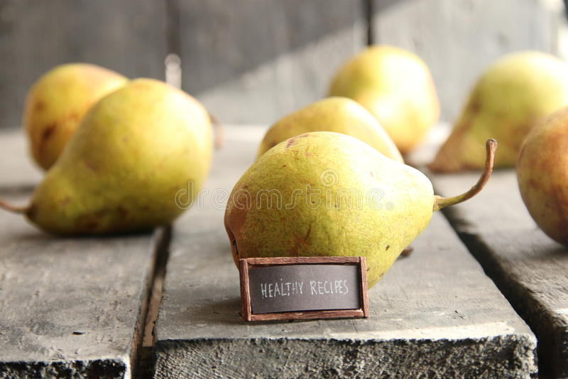 ricette sane - etichetta d'annata con un'iscrizione e le pere fotografia stock libera da diritti