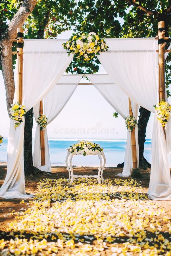 Ricevimento nuziale, sede di cerimonia sulla spiaggia con i dettagli del fiore e vista di oceano immagine stock