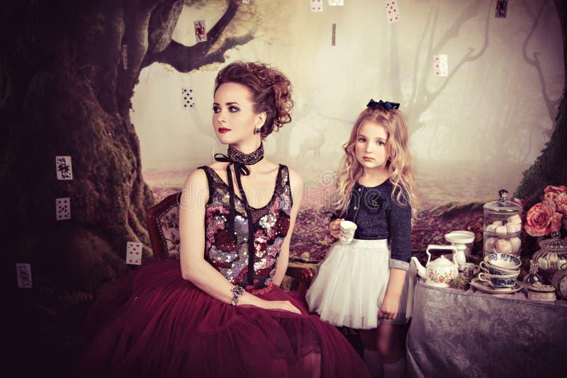 Ricevimento pomeridiano della regina e di Alice diaboliche nel paese delle meraviglie fotografie stock