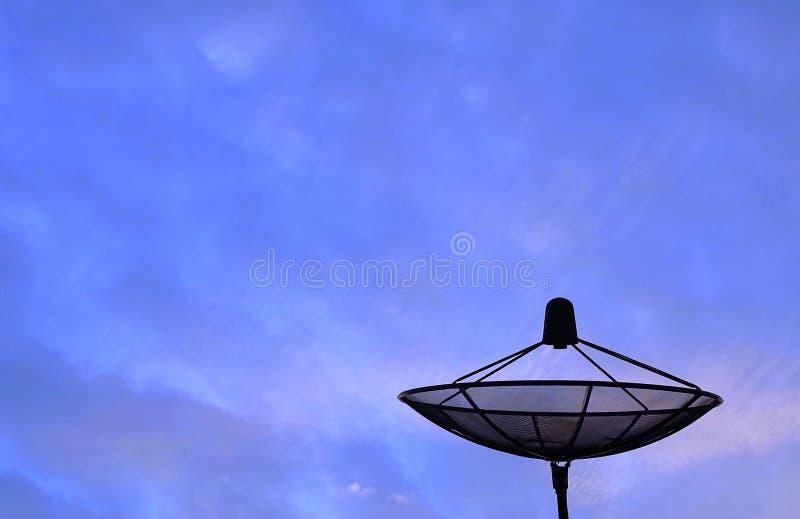 Ricevitore satellite dell'antenna parabolica su cielo blu immagini stock