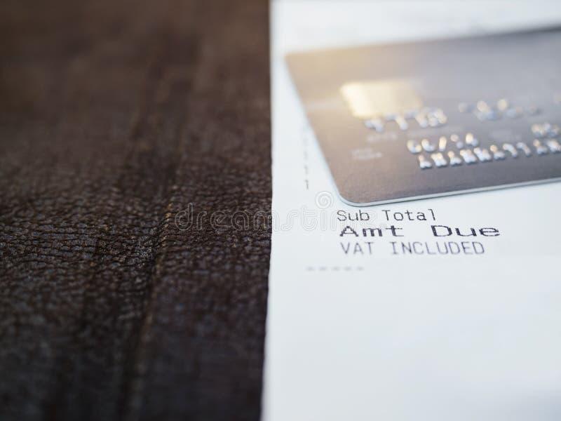 Ricevuta di acquisto con pagamento con carta di credito fotografie stock