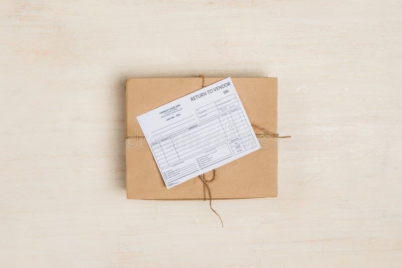 Ricevuta di consegna sulla scatola di cartone alla tavola fotografia stock libera da diritti