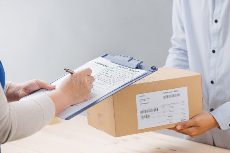 Ricevuta di firma della donna del pacchetto di consegna, fine su fotografia stock