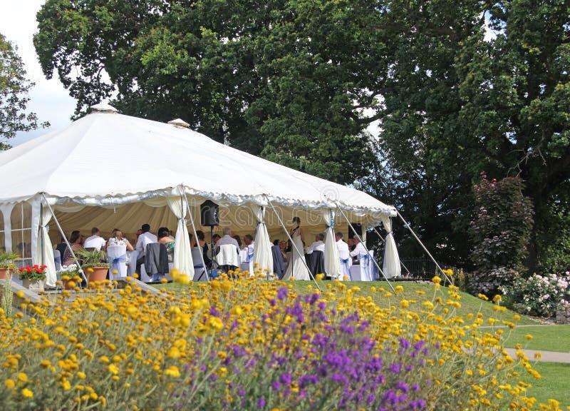 Ricezione del partito della tenda foranea di nozze fotografia stock