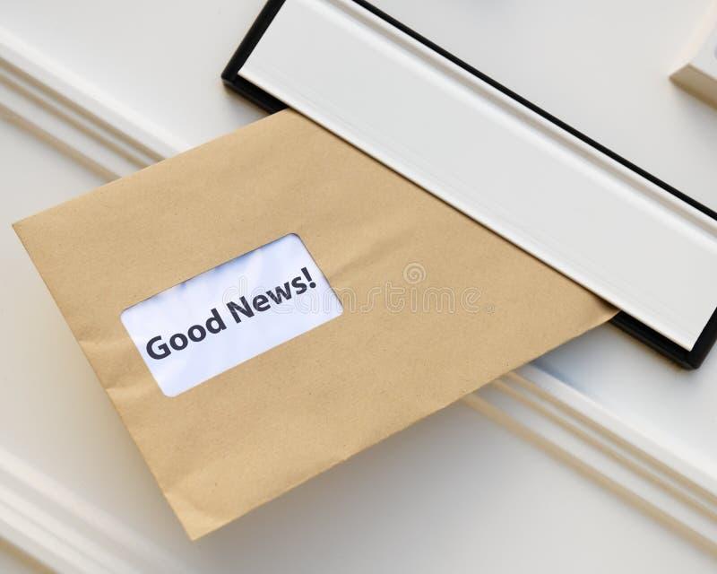 Ricezione delle buone notizie nella posta fotografia stock