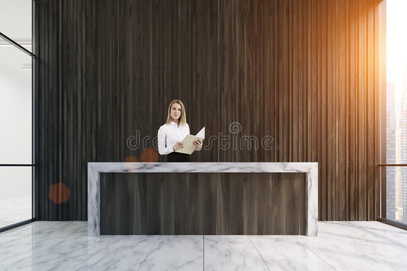 Ricezione di legno scura e donna bionda fotografia stock libera da diritti