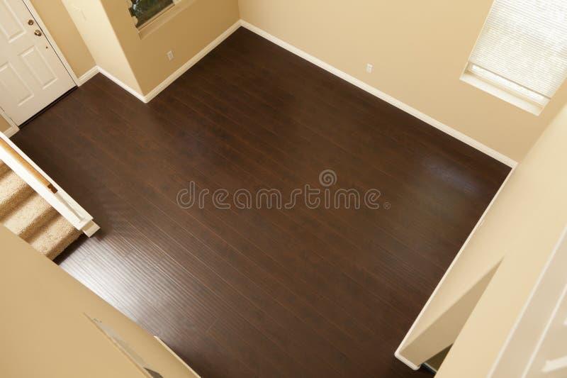 Rich Brown Laminate Flooring e rodapés na casa fotografia de stock