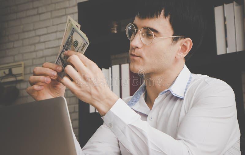 Rich Business man som räknar US dollarpengar royaltyfria foton