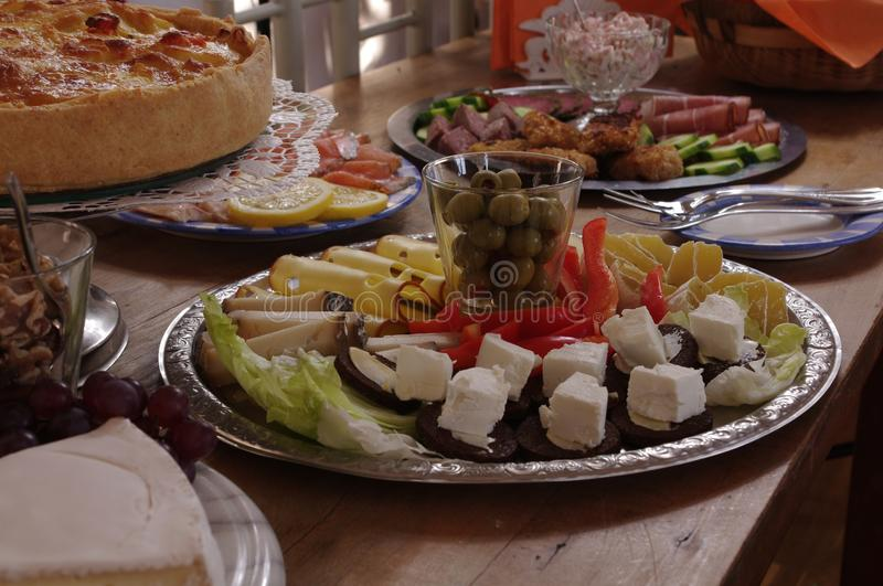 Rich Decorated Buffet Food Table avec différents plats photo stock