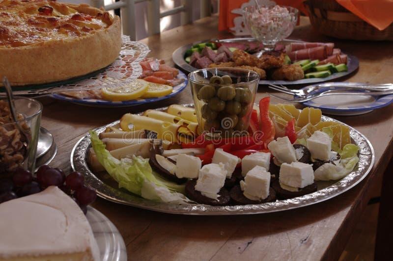 Rich Decorated Buffet Food Table mit verschiedenen Platten stockfoto