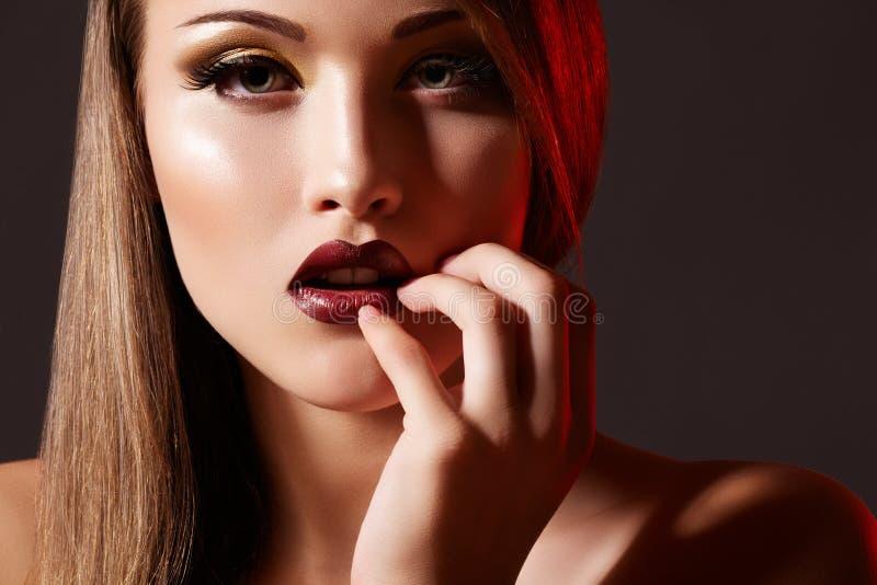 rich för modell för makeup för divaaftonmode retro arkivbild