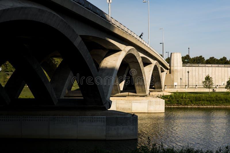 Rich Street Arch Bridge - Scioto-Fluss- Columbus, Ohio lizenzfreie stockfotos