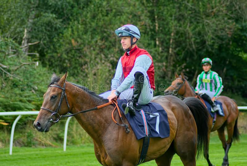 Richard Kingscote Horse emballant le jockey sur passer la mode photos stock