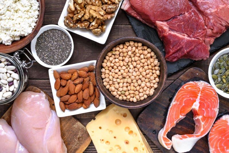 Riches naturels en nourriture de protéine - viande, volaille, oeufs, laiterie, écrous et haricots Nourriture saine et concept de  photo libre de droits