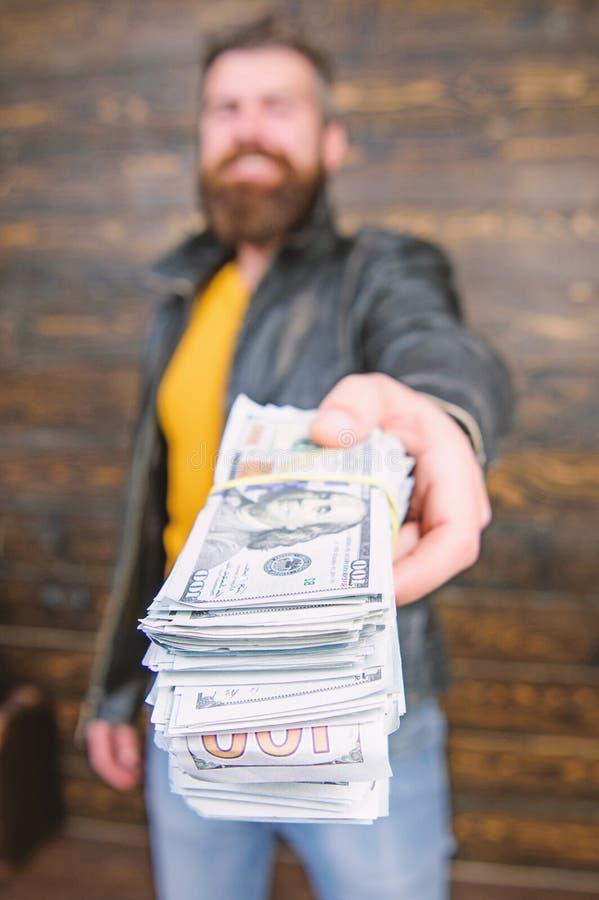 Richesse et bien-?tre Affaires de Mafia Hippie barbu brutal d'homme utiliser la veste en cuir et tenir l'argent d'argent liquide  images stock