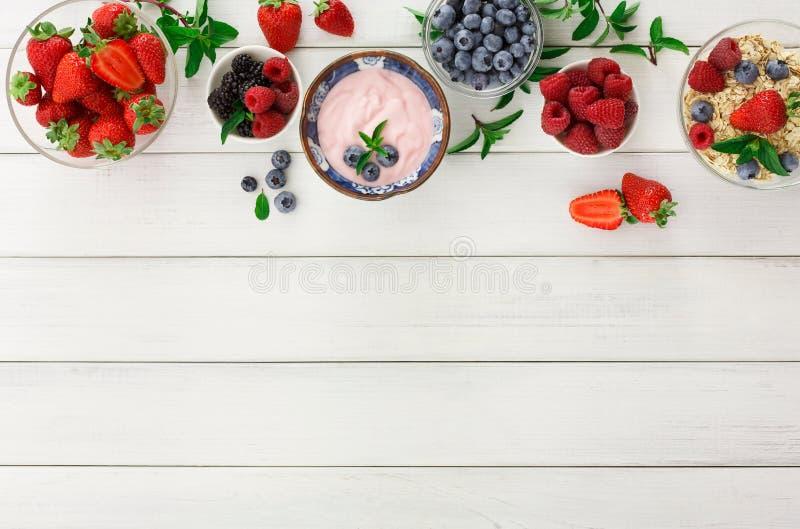 Richfrukost på den vita trätabellen royaltyfri bild