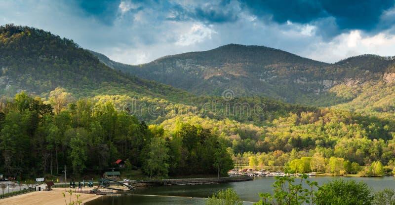 Richiamo del lago in Ridge Mountains blu immagini stock