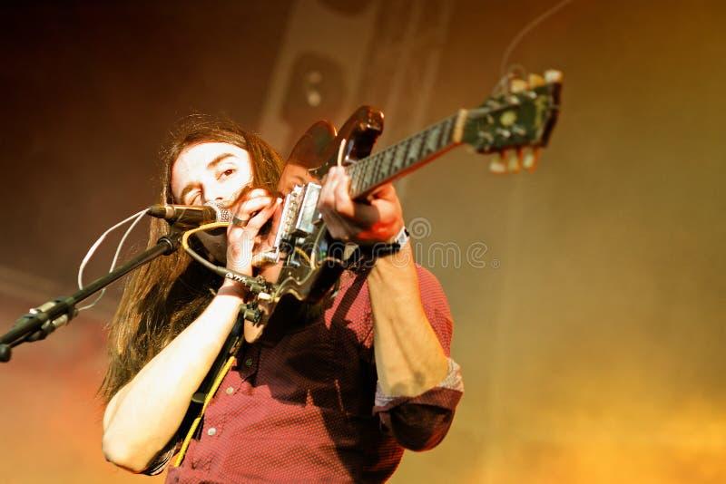 Richie James Follin, vocalista e guitarrista da faixa de protetores, executa no som de Heineken primavera foto de stock
