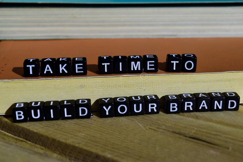 Richieda tempo sviluppare la vostra marca sui blocchi di legno Concetto di ispirazione e di motivazione immagine stock libera da diritti