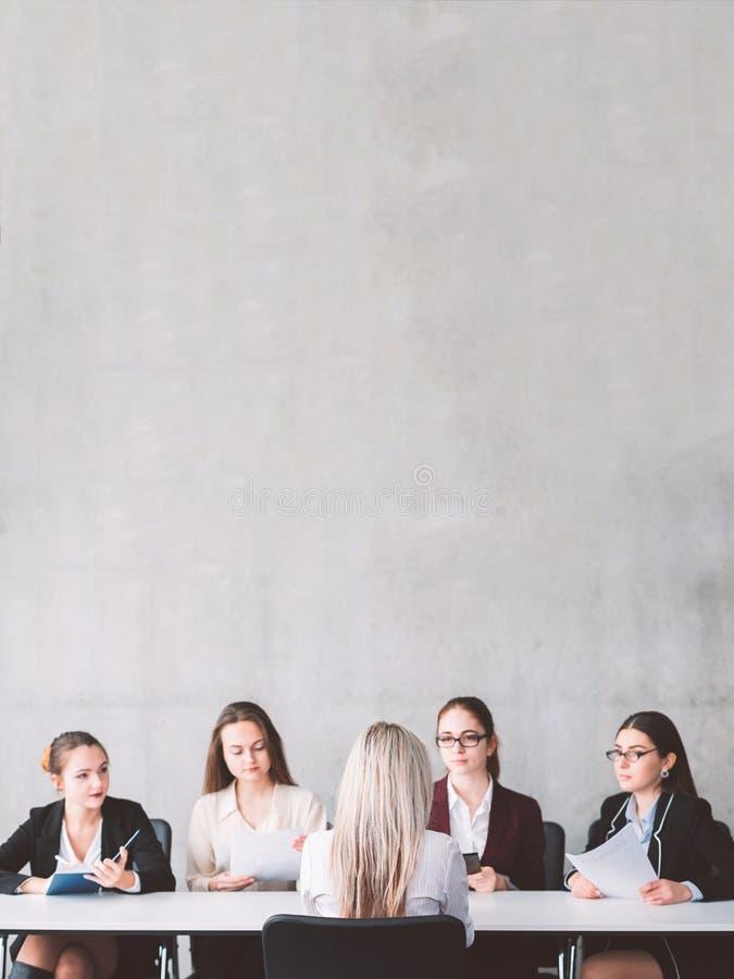 Richiedente femminile del sostegno alle imprese di intervista di lavoro fotografia stock libera da diritti