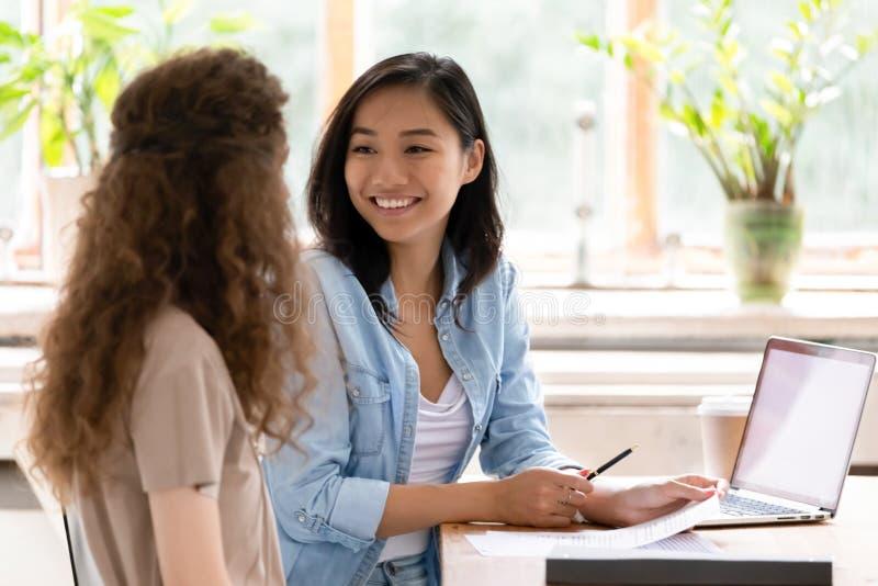 Richiedente sorridente di riunione del consulente dell'assicuratore di ora dell'asiatico all'intervista di lavoro fotografie stock libere da diritti