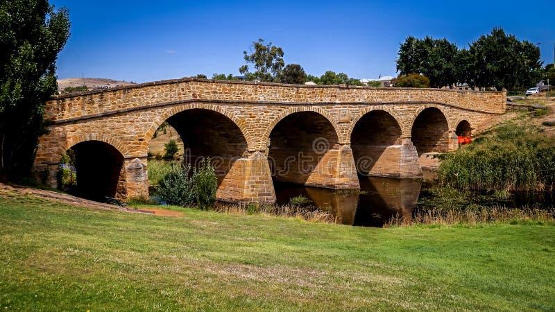 Richmond Bridge icônico no dia ensolarado brilhante Tasmânia, Austrália imagem de stock
