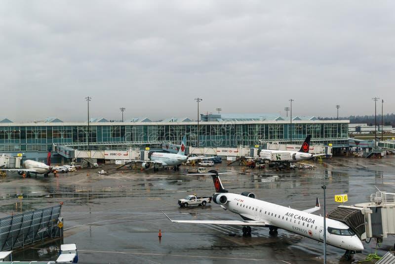 RICHMOND, CANADÁ - 8 de diciembre de 2018: Vida ocupada en los aviones y el cargo del aeropuerto internacional de Vancouver imagenes de archivo