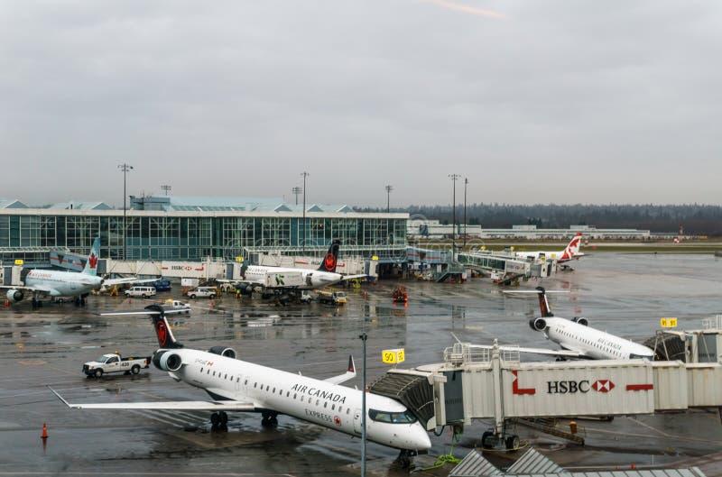 RICHMOND, CANADÁ - 8 de diciembre de 2018: Vida ocupada en los aviones y el cargo del aeropuerto internacional de Vancouver imagen de archivo libre de regalías